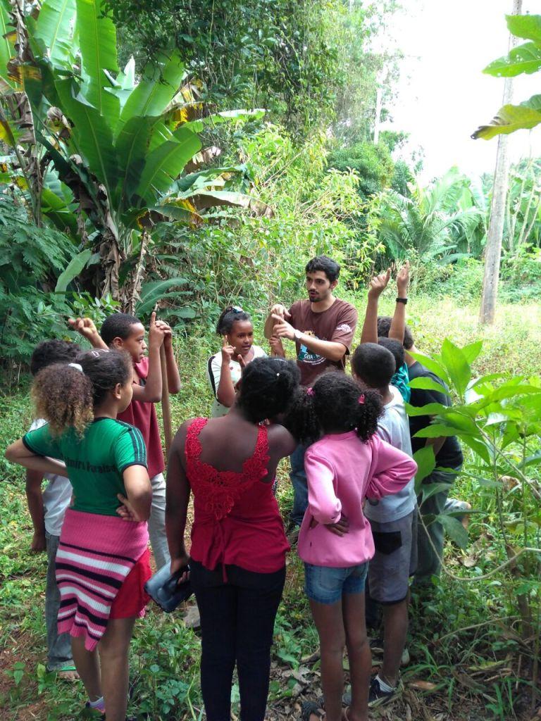 Alunos da escola Almiro Paraíso participam de atividades na Mata do Paraíso.