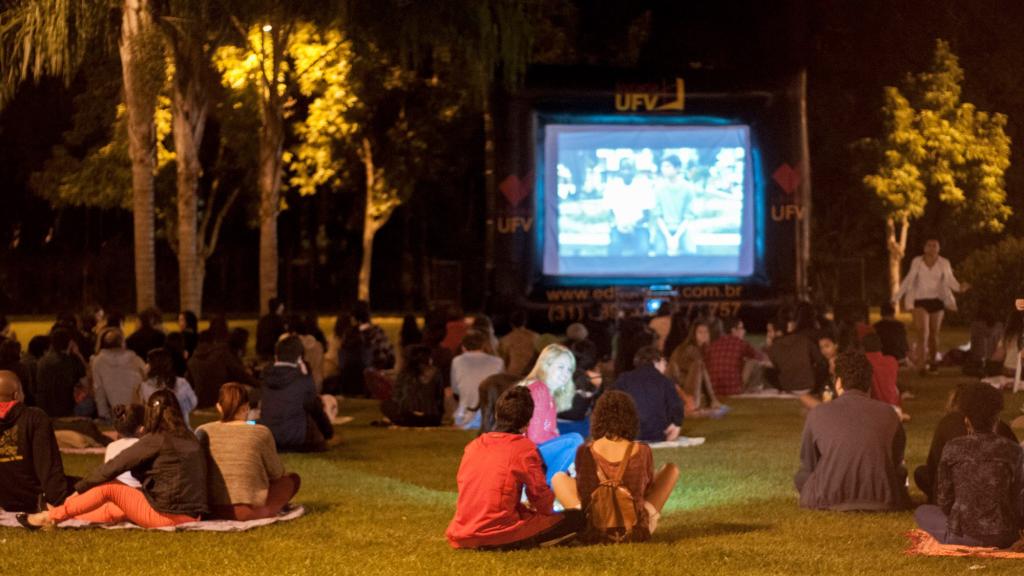 CineCom ocupa mensalmente o gramado das Quatro Pilastras com sessões de filmes gratuitas.
